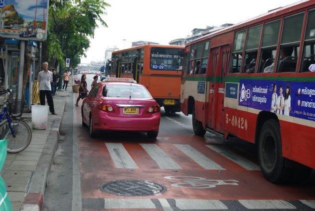 จอดรถตรงป้ายรถเมล์