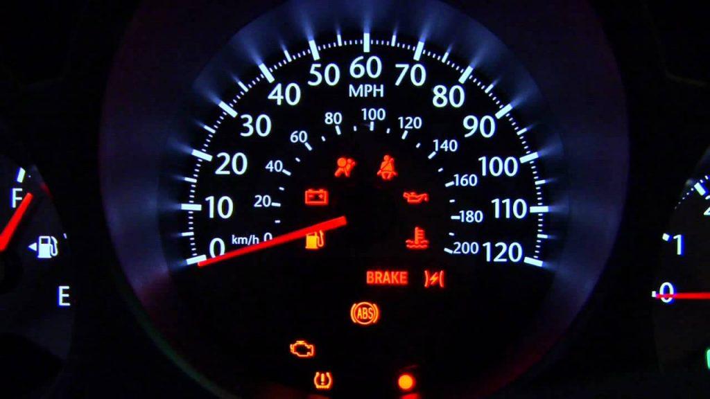 รูปแบตเตอรี่รถยนต์ขึ้นเตือนโชว์สัญญาณเตือนจากรถที่ต้องรู้