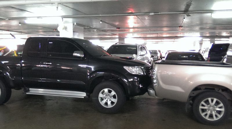 กรณีรถชนกันในลานจอดรถ แบบนี้ประกันจะว่าไง ใครถูก ใครผิด มาดูกัน